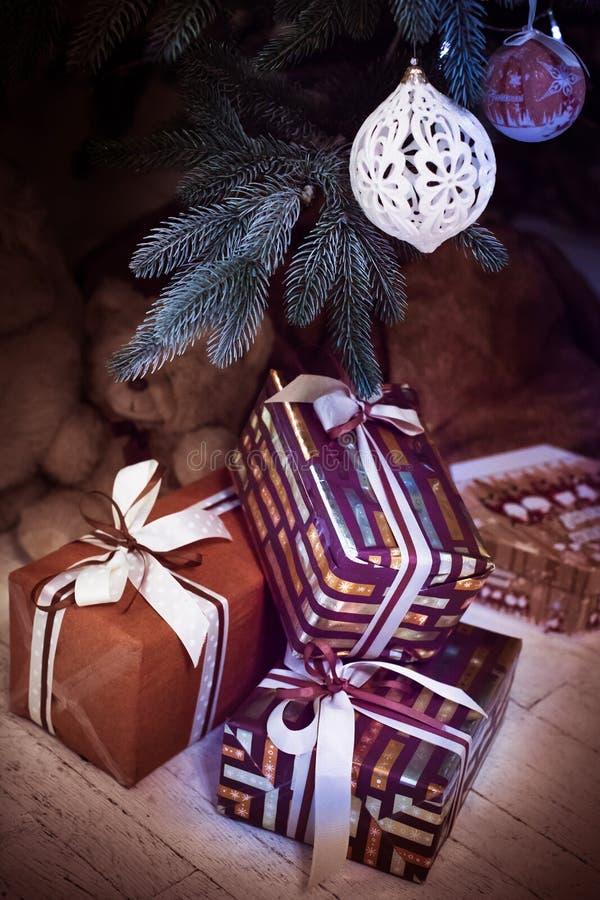 Κιβώτια δώρων κάτω από τον κλάδο χριστουγεννιάτικων δέντρων κάθετος στοκ φωτογραφίες με δικαίωμα ελεύθερης χρήσης