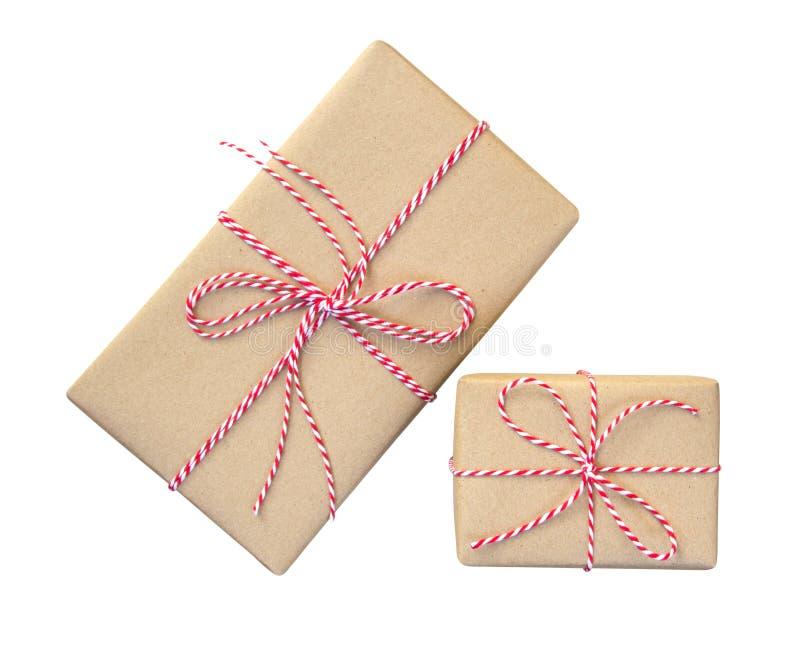 Κιβώτια δώρων που τυλίγονται στο καφετί ανακυκλωμένο έγγραφο με το κόκκινο και άσπρο ro στοκ εικόνα με δικαίωμα ελεύθερης χρήσης