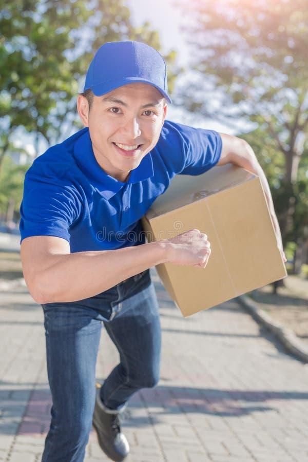 Κιβώτιο λαβής Deliveryman στοκ φωτογραφία με δικαίωμα ελεύθερης χρήσης