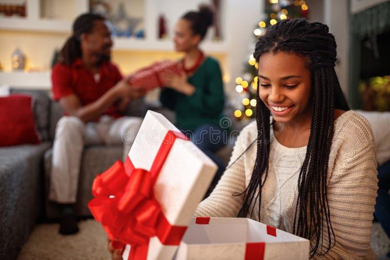 Κιβώτιο ανοίγματος κοριτσιών με το δώρο Χριστουγέννων στοκ φωτογραφίες