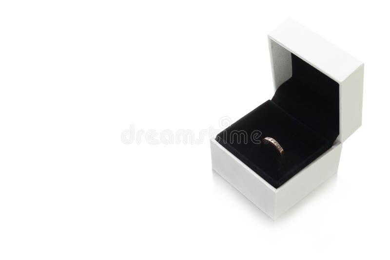 Κιβώτιο γαμήλιου κοσμήματος και δαχτυλίδι, διάστημα αντιγράφων για το κείμενο στοκ εικόνες