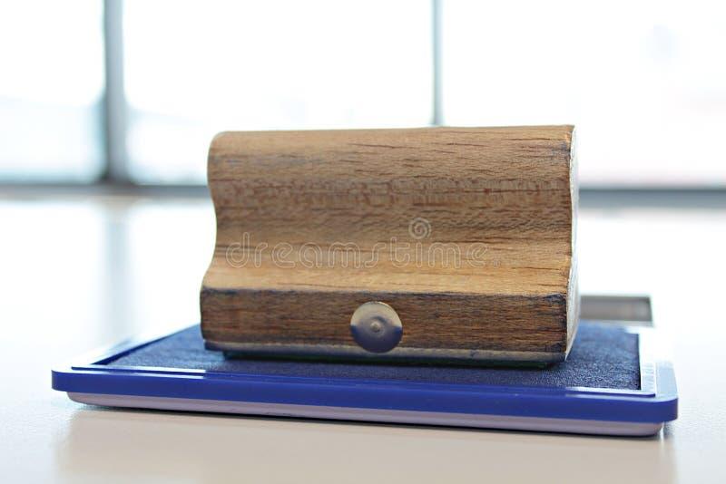 Κιβώτιο γραμματοσήμων χρώματος μπλε μελανιού και ξύλινη σφραγίδα στον πίνακα στοκ φωτογραφία με δικαίωμα ελεύθερης χρήσης