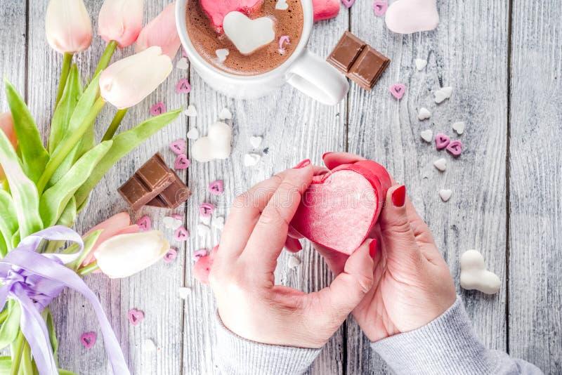 Κιβώτιο δώρων βαλεντίνων λαβής χεριών κοριτσιών στοκ φωτογραφία