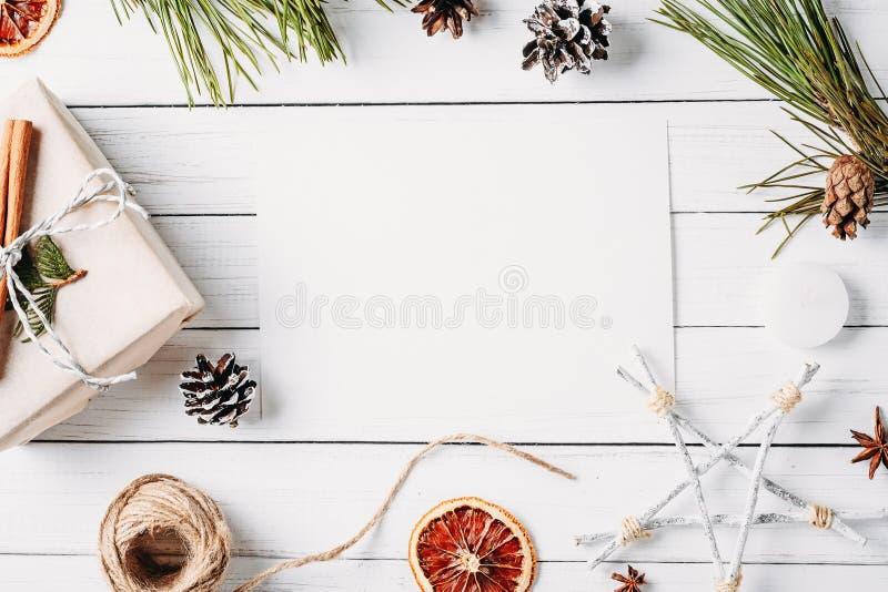 Κιβώτιο δώρων διακοσμήσεων Cristmas wirh, κώνοι πεύκων, ξηρά πορτοκάλια σε ένα άσπρο υπόβαθρο Η τοπ άποψη, επίπεδη βάζει, πρότυπο στοκ φωτογραφίες με δικαίωμα ελεύθερης χρήσης