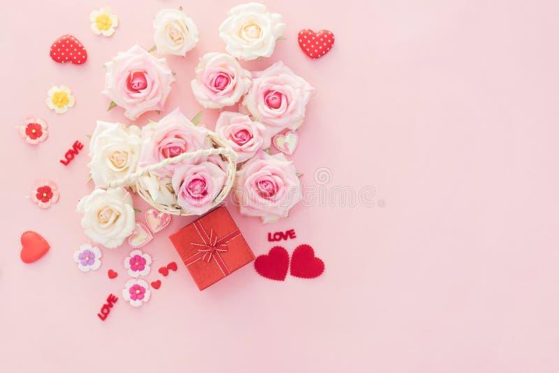 Κιβώτιο δώρων ημέρας βαλεντίνων με τις κόκκινα καρδιές και τα τριαντάφυλλα στο ρόδινο υπόβαθρο στοκ φωτογραφία με δικαίωμα ελεύθερης χρήσης