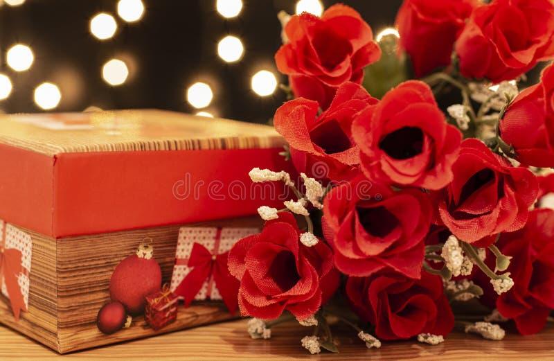 Κιβώτιο δώρων και κόκκινα τριαντάφυλλα στοκ φωτογραφία