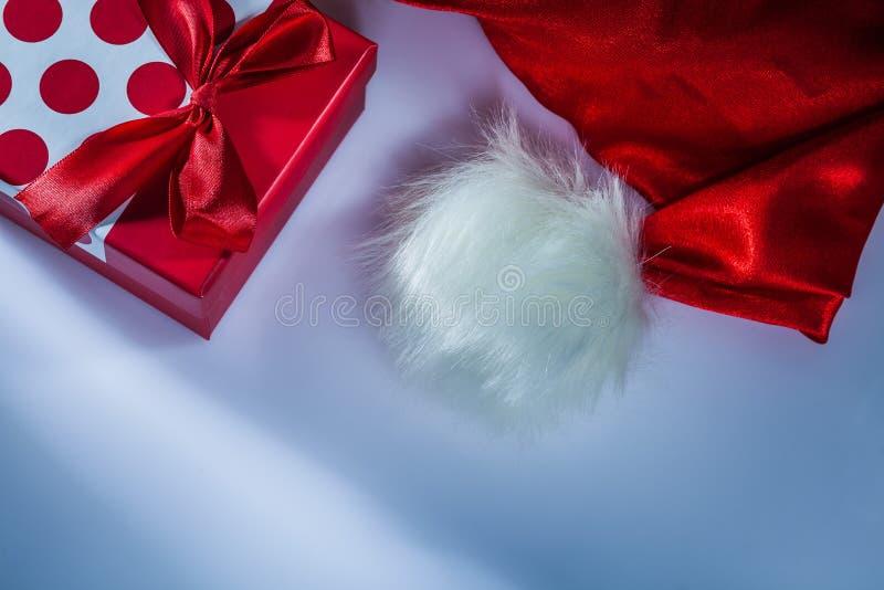 Κιβώτιο δώρων καπέλων Άγιου Βασίλη στο άσπρο υπόβαθρο στοκ εικόνες