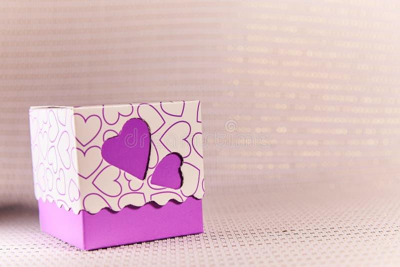 Κιβώτιο δώρων με τις καρδιές Η αγάπη, δίνει την ευτυχία ελεύθερη απεικόνιση δικαιώματος