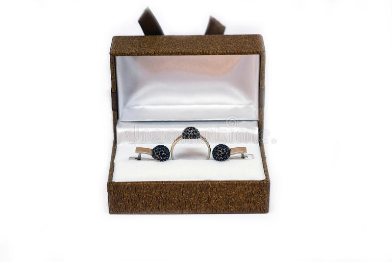 Κιβώτιο δώρων με το χρυσό δαχτυλίδι και σκουλαρίκια που απομονώνονται στο λευκό στοκ φωτογραφία με δικαίωμα ελεύθερης χρήσης