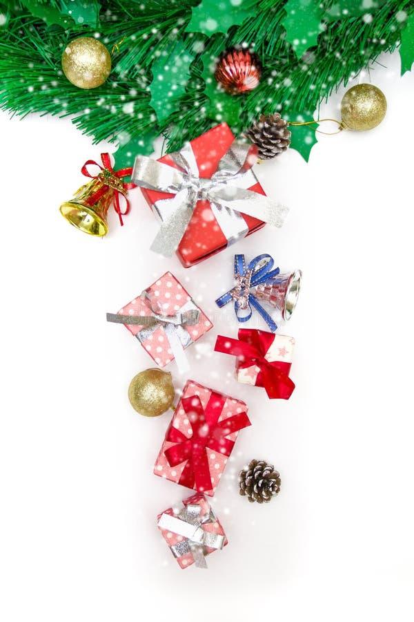 Κιβώτιο δώρων Χριστουγέννων, διακοσμητικά αντικείμενα στο άσπρο υπόβαθρο στοκ εικόνα