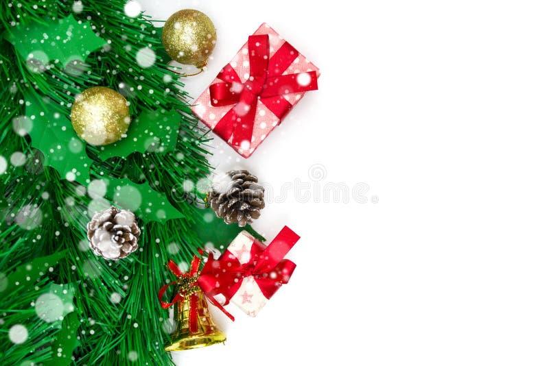 Κιβώτιο δώρων Χριστουγέννων, διακοσμητικά αντικείμενα στο άσπρο υπόβαθρο στοκ φωτογραφία με δικαίωμα ελεύθερης χρήσης