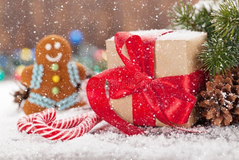 Κιβώτιο δώρων Χριστουγέννων, κάλαμοι καραμελών και άτομο μελοψωμάτων στοκ εικόνες