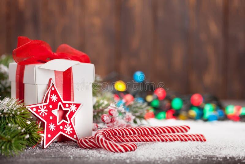 Κιβώτιο δώρων Χριστουγέννων, κάλαμοι καραμελών και δέντρο στοκ φωτογραφίες