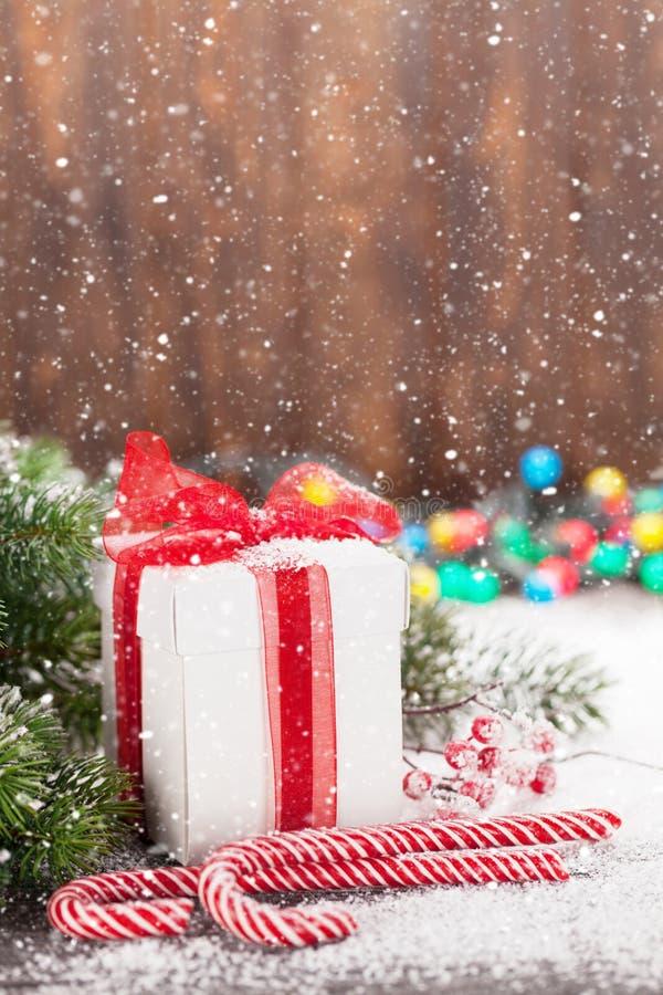 Κιβώτιο δώρων Χριστουγέννων, κάλαμοι καραμελών και δέντρο στοκ εικόνες με δικαίωμα ελεύθερης χρήσης
