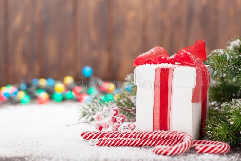 Κιβώτιο δώρων Χριστουγέννων, κάλαμοι καραμελών και δέντρο στοκ φωτογραφίες με δικαίωμα ελεύθερης χρήσης