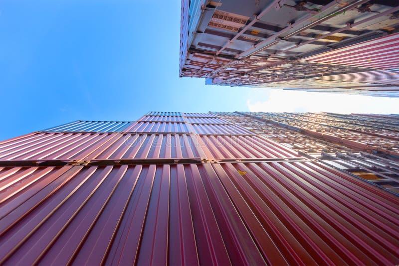 Κιβώτιο εμπορευματοκιβωτίων στο ναυπηγείο σκαφών με το μπλε ουρανό στοκ φωτογραφίες