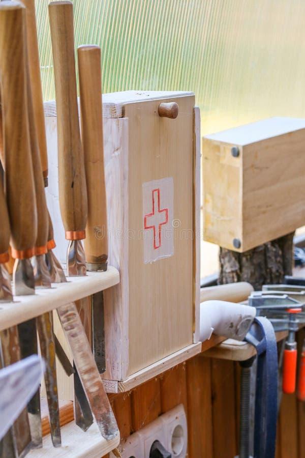 Κιβώτιο εξαρτήσεων πρώτων βοηθειών σε ένα workhop στοκ εικόνες