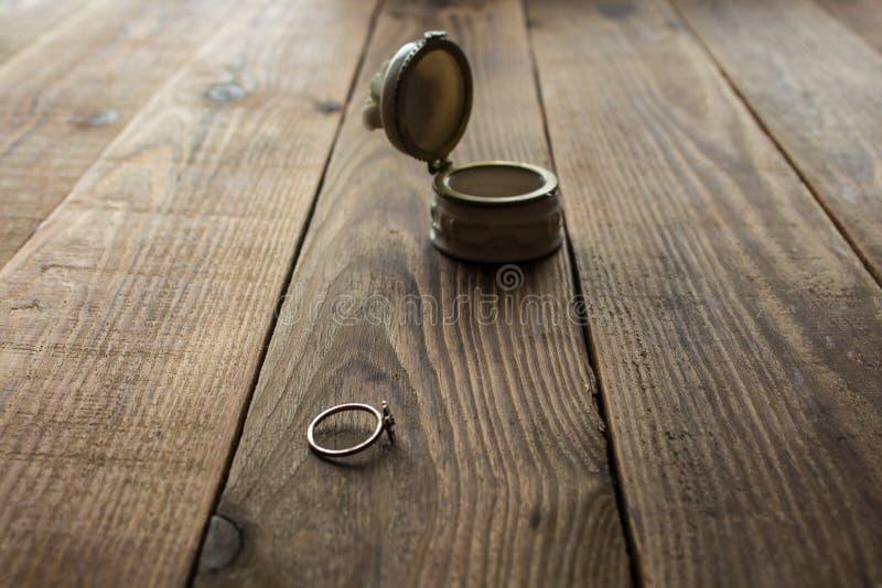 Κιβώτιο και δαχτυλίδι κοσμημάτων στοκ εικόνες με δικαίωμα ελεύθερης χρήσης