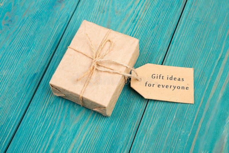 """Κιβώτιο και ετικέττα δώρων με το κείμενο """" Ιδέες δώρων για την καθεμία στοκ φωτογραφία με δικαίωμα ελεύθερης χρήσης"""