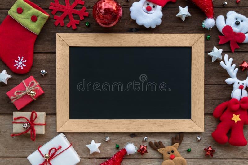 Κιβώτιο και πίνακας δώρων Χριστουγέννων στο ξύλινο υπόβαθρο στοκ εικόνες