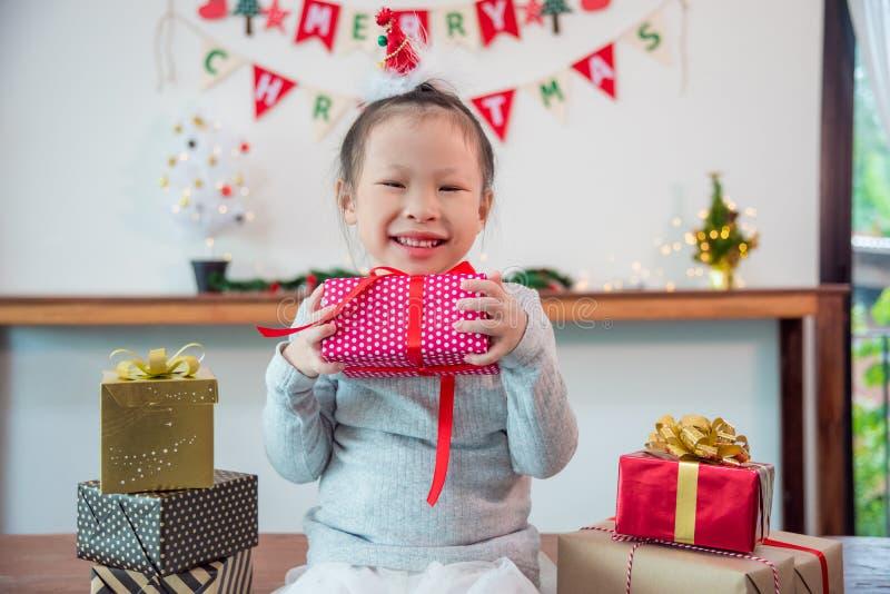 Κιβώτιο και χαμόγελα δώρων ημέρας chirstmas εκμετάλλευσης μικρών κοριτσιών στοκ εικόνες με δικαίωμα ελεύθερης χρήσης