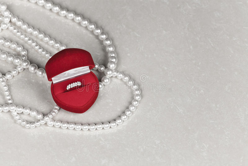 Κιβώτιο κοσμημάτων πολυτέλειας με το δαχτυλίδι διαμαντιών στοκ εικόνες