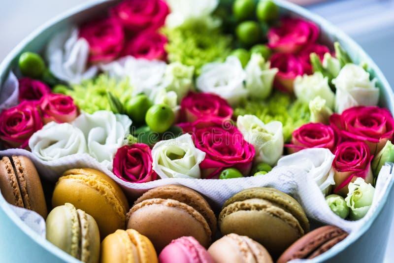 Κιβώτιο λουλουδιών με τα macarons, καλή ιδέα για το φιλικό δώρο στοκ εικόνες με δικαίωμα ελεύθερης χρήσης