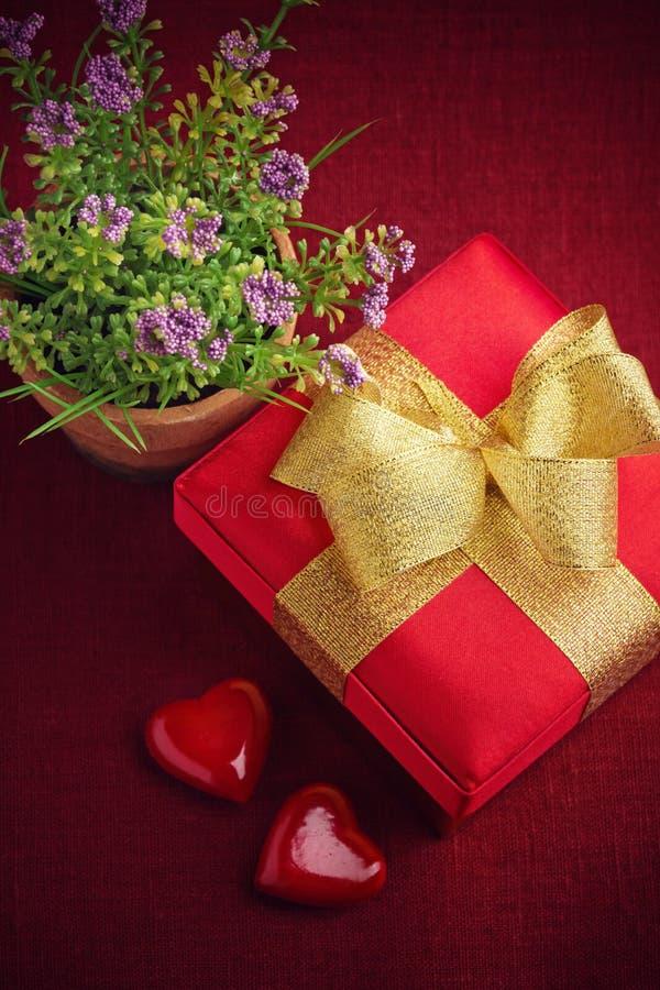 Κιβώτιο, λουλούδια και καρδιές δώρων στοκ φωτογραφίες με δικαίωμα ελεύθερης χρήσης