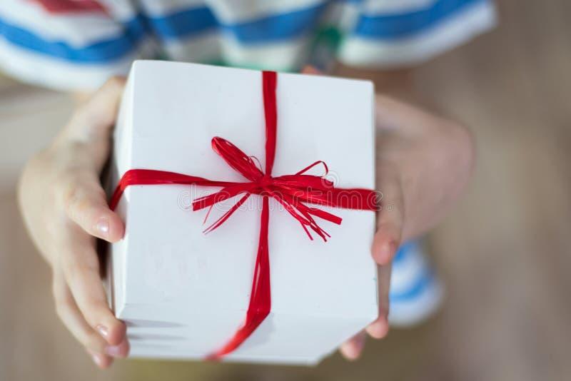 Κιβώτιο με ένα δώρο στα χέρια ενός παιδιού στοκ φωτογραφία με δικαίωμα ελεύθερης χρήσης