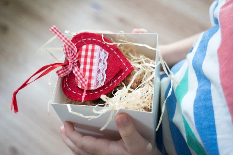 Κιβώτιο με μια καρδιά βαλεντίνων δώρων σε ένα child& x27 χέρι του s σε Valentine& x27 s στοκ φωτογραφία