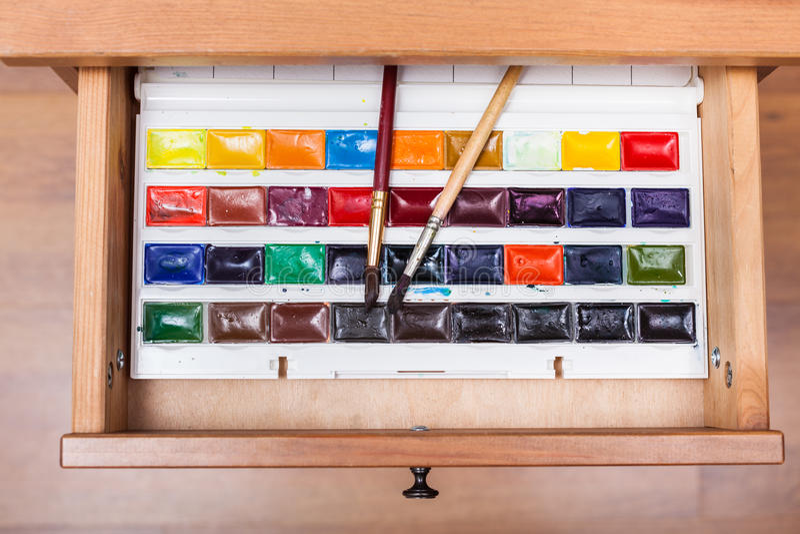 Κιβώτιο με τα χρώματα και τις βούρτσες watercolor στο συρτάρι στοκ εικόνα με δικαίωμα ελεύθερης χρήσης