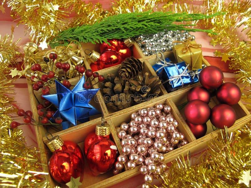 Κιβώτιο με τη διακόσμηση Χριστουγέννων στοκ φωτογραφίες