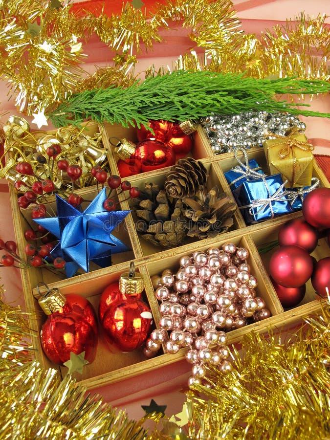 Κιβώτιο με τη διακόσμηση Χριστουγέννων στοκ φωτογραφίες με δικαίωμα ελεύθερης χρήσης