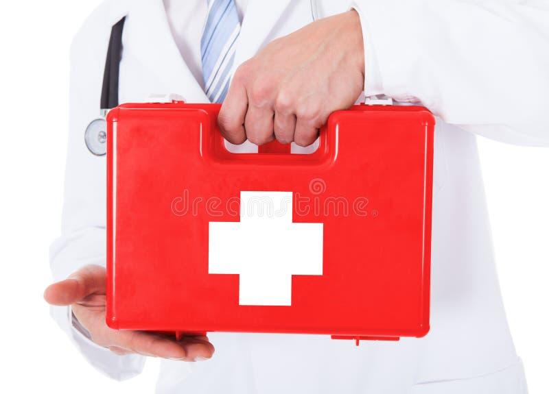 Κιβώτιο πρώτων βοηθειών εκμετάλλευσης γιατρών στοκ εικόνες