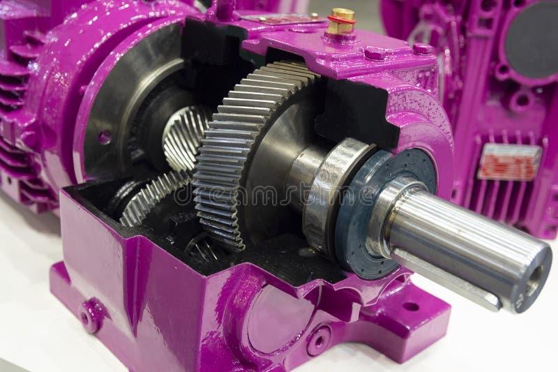 Κιβώτιο ταχυτήτων στο μεγάλο ηλεκτρικό κινητήρα στις βιομηχανικές εγκαταστάσεις εξοπλισμού στοκ φωτογραφία με δικαίωμα ελεύθερης χρήσης