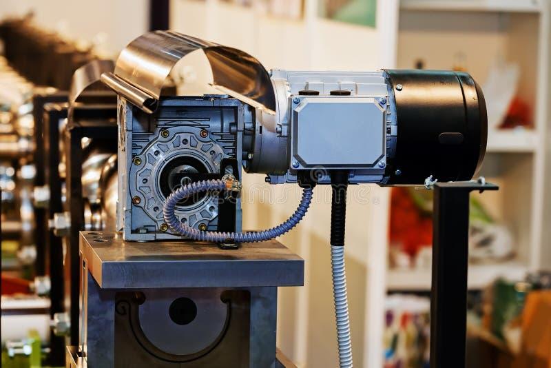 Κιβώτιο ταχυτήτων στο μεγάλο ηλεκτρικό κινητήρα στοκ εικόνα με δικαίωμα ελεύθερης χρήσης