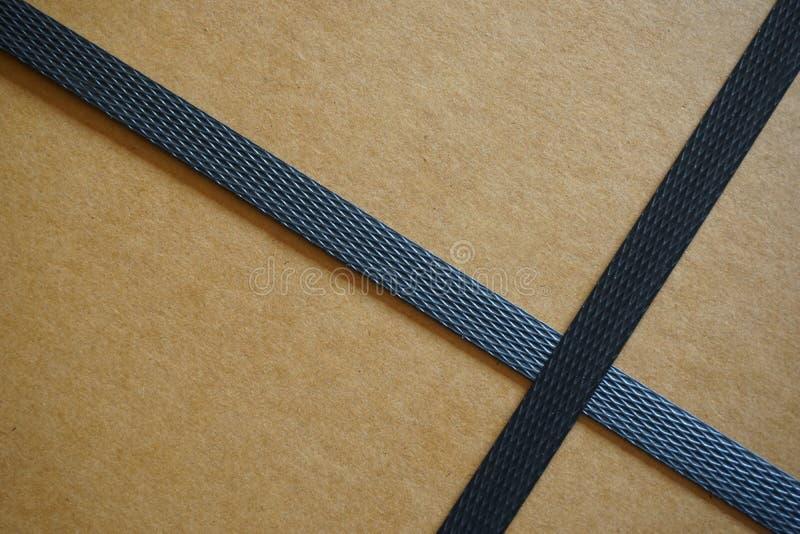 Κιβώτιο χαρτοκιβωτίων με τα λουριά στοκ φωτογραφίες