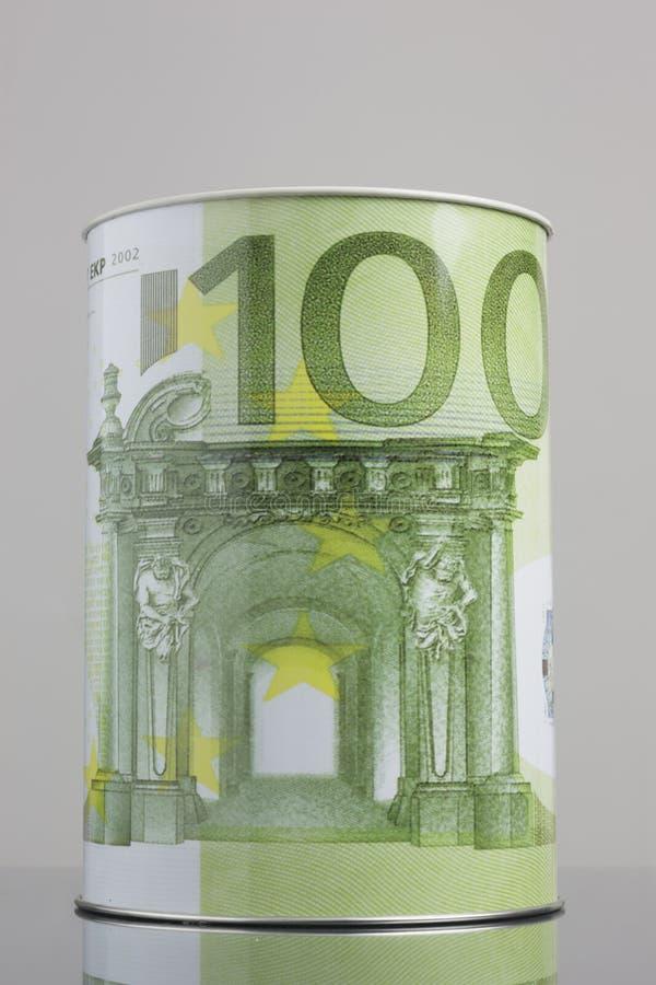 Κιβώτιο χρημάτων κασσίτερου που απεικονίζει το σύμβολο εκατό ευρώ στοκ φωτογραφία με δικαίωμα ελεύθερης χρήσης