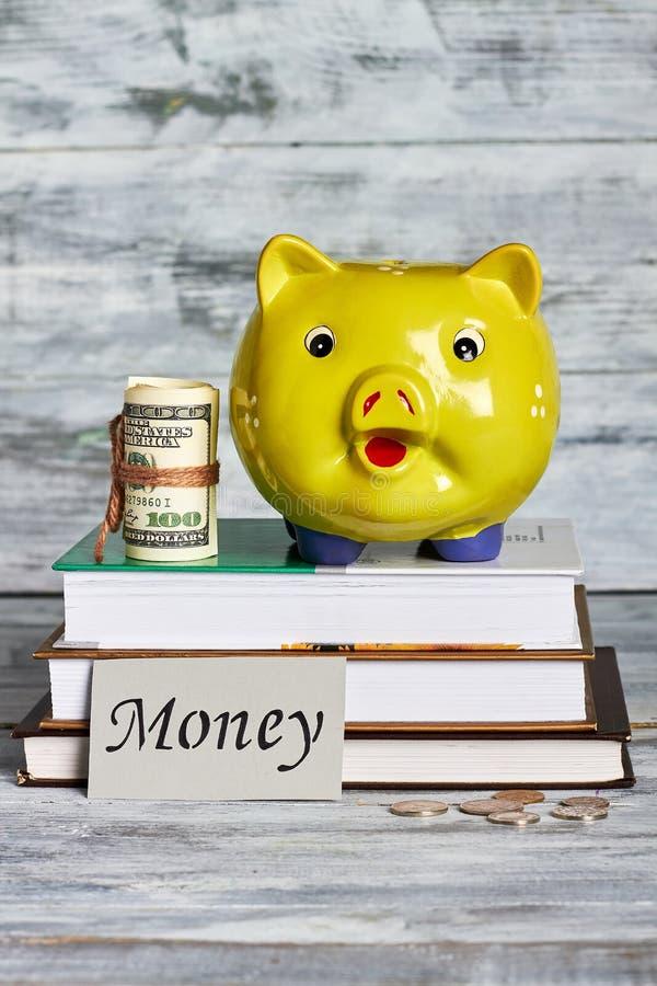 Κιβώτιο χρημάτων, δολάρια και βιβλία στοκ εικόνα