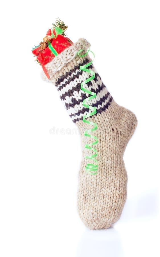 Κιβώτιο χριστουγεννιάτικου δώρου στην κάλτσα στοκ εικόνες