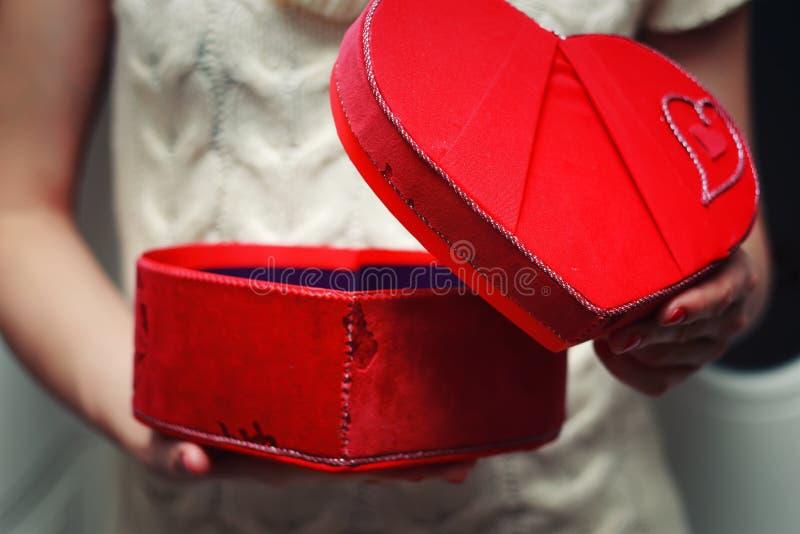 Κιβώτιο δώρων βαλεντίνων χεριών καρδιών στοκ φωτογραφίες με δικαίωμα ελεύθερης χρήσης