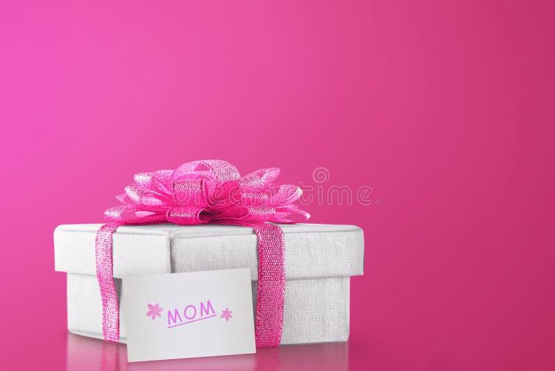 Κιβώτιο δώρων με τη ρόδινη κορδέλλα για το mom στοκ εικόνα με δικαίωμα ελεύθερης χρήσης
