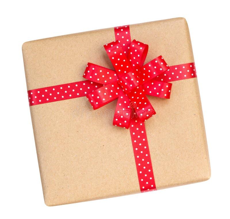 Κιβώτιο δώρων που τυλίγεται στο καφετί ανακυκλωμένο έγγραφο με το κόκκινο σημείο Πόλκα ribb στοκ φωτογραφία με δικαίωμα ελεύθερης χρήσης