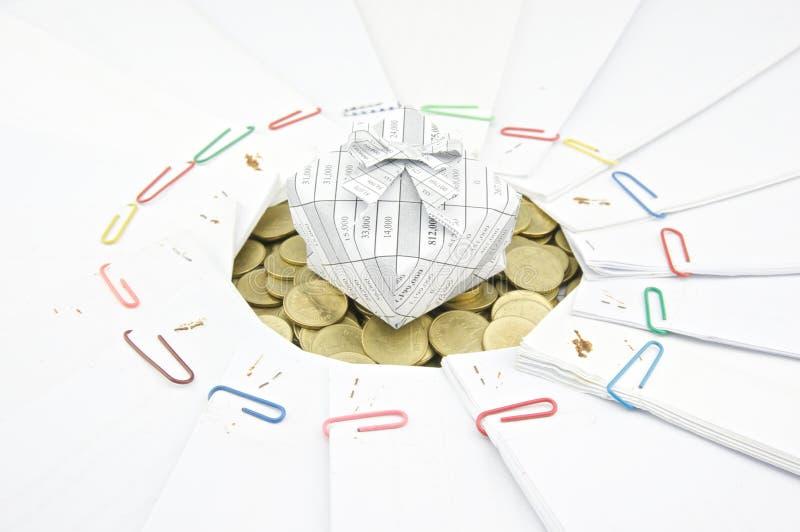 Κιβώτιο δώρων στο σωρό των χρυσών νομισμάτων με το έγγραφο στοκ εικόνα με δικαίωμα ελεύθερης χρήσης