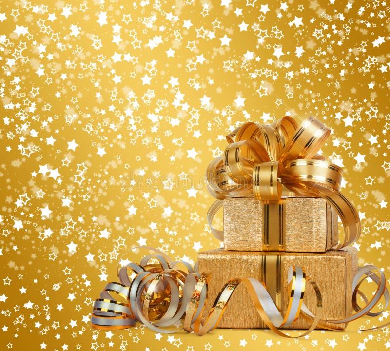 Κιβώτιο δώρων στο χρυσό τυλίγοντας έγγραφο στοκ εικόνες με δικαίωμα ελεύθερης χρήσης