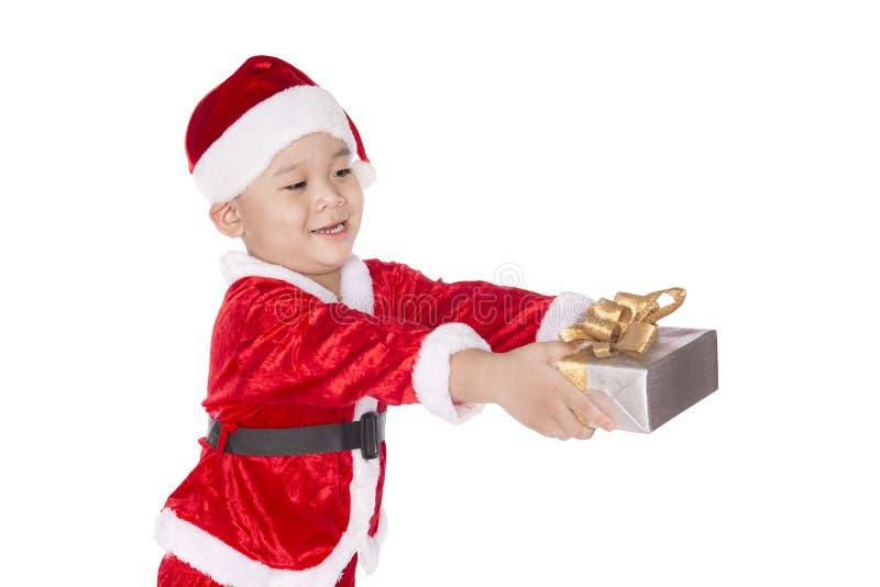 Κιβώτιο δώρων Χριστουγέννων εκμετάλλευσης παιδιών υπό εξέταση απομονωμένος στοκ φωτογραφία