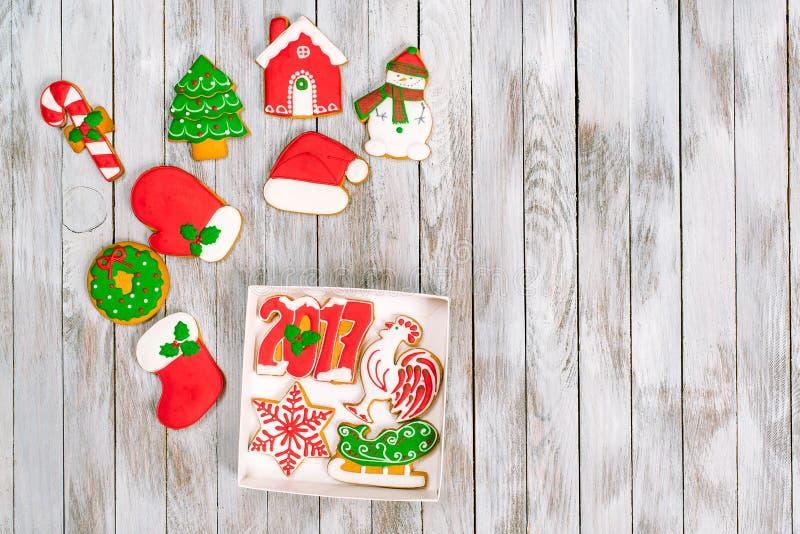Κιβώτιο δώρων Χριστουγέννων με τα μπισκότα μελοψωμάτων στην άσπρη ξύλινη πλάτη στοκ εικόνα με δικαίωμα ελεύθερης χρήσης