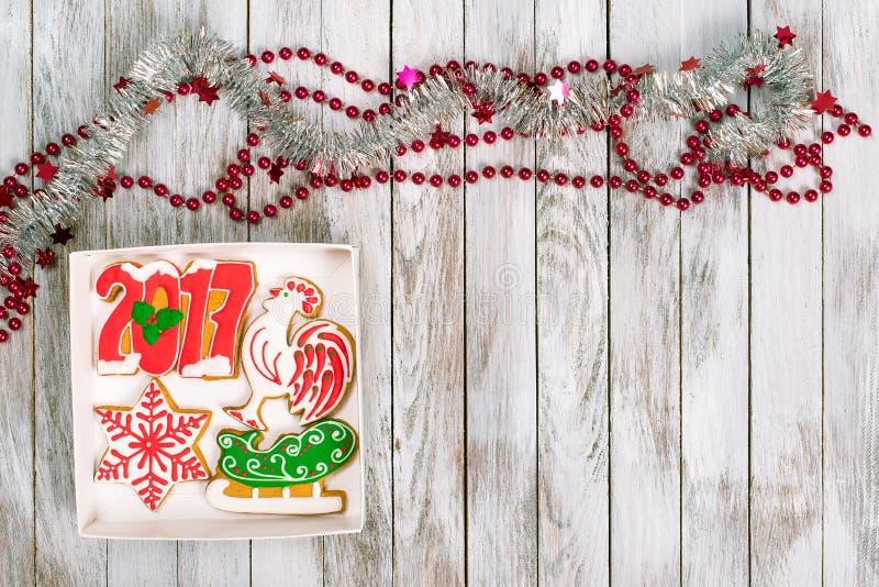 Κιβώτιο δώρων Χριστουγέννων με τα μπισκότα μελοψωμάτων στην άσπρη ξύλινη πλάτη στοκ εικόνες