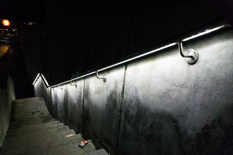 Κιγκλίδωμα με τα φω'τα κοντά σε ένα trainstation στοκ εικόνες με δικαίωμα ελεύθερης χρήσης