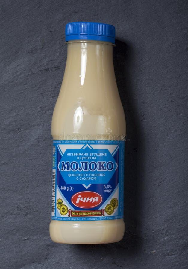 ΚΙΕΒΟ, ΟΥΚΡΑΝΙΑ - 12 ΑΥΓΟΎΣΤΟΥ 2018: συμπυκνωμένο γάλα σε ένα πλαστικό μπουκάλι στοκ εικόνα με δικαίωμα ελεύθερης χρήσης